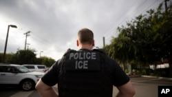 美国联邦执法特工2019年7月8日在加州搜查非法移民。