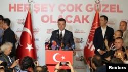 터키 이스탄불에서 공화인민당(CHP)의 에크렘 이마모을루 이스탄불 시장 후보가 기자회견을 열고 있다.