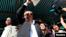 Madagascar's Presidential candidate Robinson Jean-Louis salutes his supporters during prayers and a post-elections rally in the capital Antananarivo, Oct. 26, 2013.