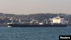 Tàu chở dầu British Heritage của Anh trên đường tới Biển Đen trong bức ảnh chụp ngày 1/3/2019. Anh nói 3 tàu của Iran đã tìm cách ngăn cản British Heritage khi đi qua Eo biển Hormuz.