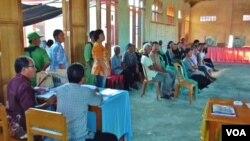 Warga memadati lokasi TPS 1 Desa Maliwuko, Kecamatan Lage, Kabupaten Poso, Sulawesi Tengah pada Pilkada Rabu 9/12 (VOA/Yoanes).
