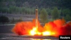 北韓官方通訊社朝中社發布的圖片顯示北韓發射遠程戰略彈道火箭。