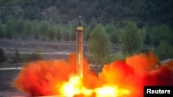 Phi dạn tầm xa Hwasong-12 được phóng vào ngày 14/5/2017 (ảnh do Thông tấn xã Bắc Triều Tiên KCNA công bố ngày 15/5/2017.