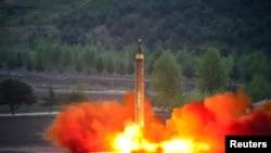朝鲜官方通讯社朝中社发布的图片显示朝鲜发射远程战略弹道火箭(日期不详)