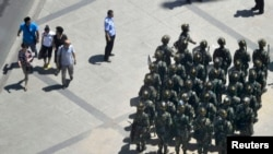 今年六月武装警察出现在乌鲁木齐的大街上(资料照片)