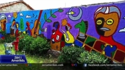 Vajza që zbukuron muret e qytetit të Shkodrës