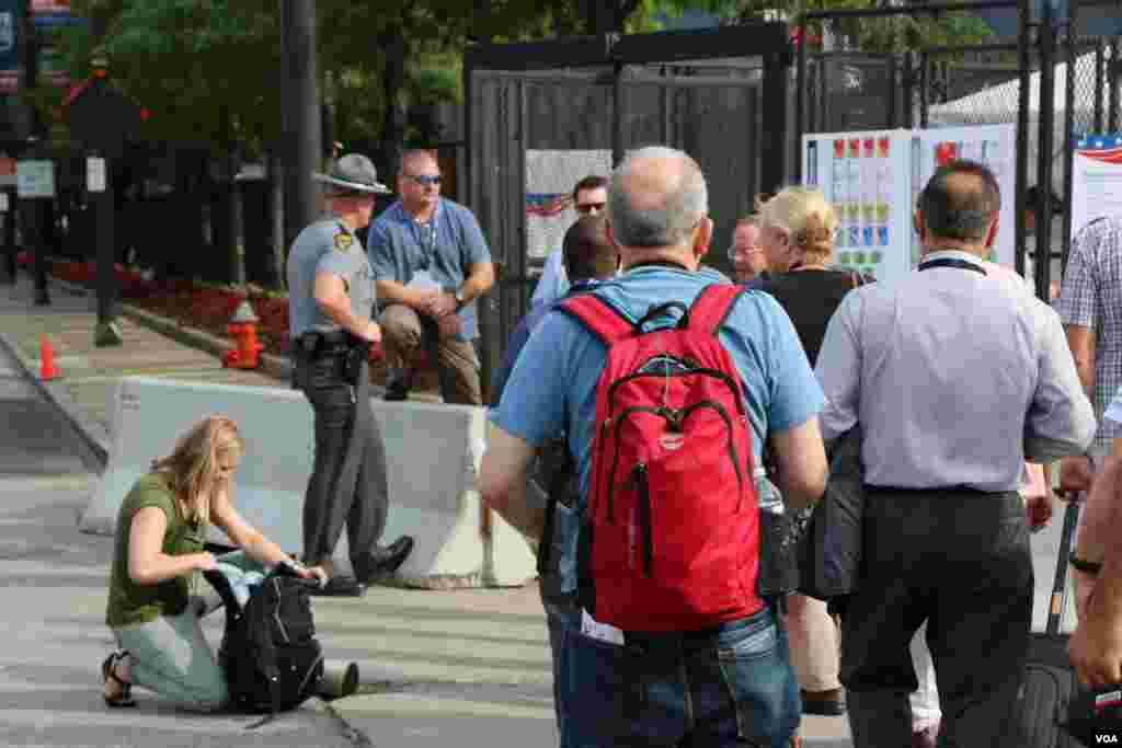 تدابیر امنیتی حتی برای ورود خبرنگاران در ورودی مرکز محل گردهمایی.