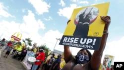 Radnici protestuju ispred Mekdonaldsa u Detroitu, 20. jula 2020. (Foto: AP/Paul Sancya)