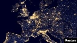 Benua Eropa pada malam hari tampak dengan menggunakan Visible Infrared Imaging Radiometer Suite (VIIRS) dalam foto yang dirilis NASA, 2 Oktober 2014. Sebuah hasil penelitian menunjukan, lampu murah dan hemat energi, LED, memicu kenaikan polusi cahaya di seluruh dunia.
