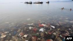 Sampah-sampah plastik tampak mencemari Laut Teluk Lampung, Bandar Lampung, 21 Februari 2019 lalu (foto: ilustrasi/AFP).