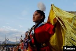 Seorang perempuan peserta kompetisi menari suku asli Amerika di Taos, New Mexico, 8 Juli 2017.(Foto: Reuters)