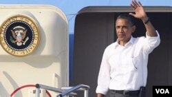 Prezidan ameriken an Barack Obama nan avyon Air Force One nan k ap menen l an vakans sou zile Martha's Vineyard nan Eta Massachusetts