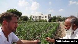 امریکی سائنسدان پاکستانی کاشتکار کے ہمراہ
