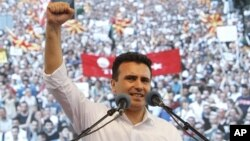 Pemimpin oposisi Macedonia, Zoran Zaev memimpin protes anti pemerintah di ibukota Skopje (17/5).