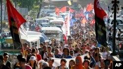 Nan okazyon Jounen Entènasyonal Medam yo, plizyè milye fanm pran lari nan vil Maniy, kapital Filipin, pou yo reklame dwa yo.