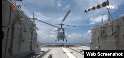 Máy bay trực thăng diễn tập cùng tàu hộ vệ Quang Trung 016.