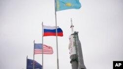 Космодром Байконур. На стартовой позиции ракета с космическим кораблем Союз ТМА-12М. Казахстан. 23 марта 2014 г.