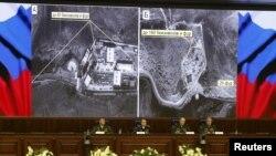 Pejabat-pejabat Kementerian Pertahanan Rusia memberikan penjelasan dengan menggunakan layar monitor, di Moskow hari Rabu (2/12).