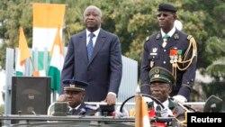 Le président ivoirien Laurent Gbagbo (à g.) et le général Philippe Mangou, chef des armées, lors du 49e anniversaire de l'indépendance de la Côte d'Ivoire, à Abidjan le 7 août 2009. (Photo REUTERS/Luc Gnago)