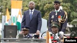 L'ancien chef de l'armée Philippe Mangou, à droite de Laurent Gbagbo, à Abidjan, le 7 août 2009.