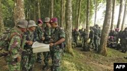 Indonežanski vojnici na mapi proučavaju lokaciju gde se srušio ruski avion