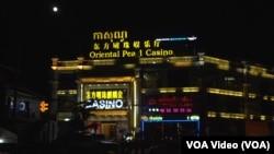 这是位于柬埔寨西哈努克港的一家赌场。由于柬埔寨法律禁止其国人赌博,这些赌场的服务对象主要都是中国人。