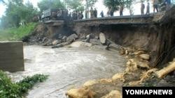 지난 20일 태풍 카눈의 영향으로 내린 폭우로 유실된 북한 강원도 내 지방도로.