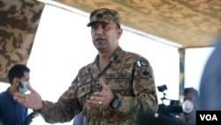 Mayor Jenderal Amer Ahsan Nawaz, komandan militer Pakistan di wilayah Kashmir yang dikuasai Pakistan, memberi keterangan pers kepada para wartawan di pos Chirikot, 22 Juli 2020. (Foto: Ayaz Gul/VOA)