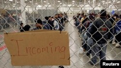غیرقانونی طور پر امریکہ میں داخل ہونے کی کوشش کرنے والے ایک عارضی حراستی مرکز میں۔ (فائل)