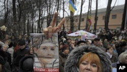 Supporters of former Ukrainian prime minister Yulia Tymoshenko shout slogans outside a prison in Kiev, Ukraine, November 27, 2011.