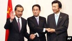 中国外长王毅(左),日本外务大臣岸田文雄(中)和韩国外交通商部长官尹炳世(右)在三边对话正式宴会前(2016年8月23日)。