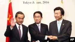 Ngoại trưởng Nhật Bản Fumio Kishida (giữa), Ngoại trưởng Trung Quốc Vương Nghị (trái) và Ngoại trưởng Hàn Quốc Yun Byung-se chụp ảnh lưu niệm tại tiệc chiêu đãi nhân hội đàm 3 bên giữa các ngoại trưởng đang diễn ra tại Tokyo, Nhật Bản, ngày 23/8/2016.