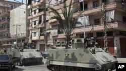 Lübnan ordusuna bağlı zırhlı araçlar, Trablus'ta, Sünni ve Nusayri mahallelerini ayıran Suriye Caddesi'nde devriye geziyor