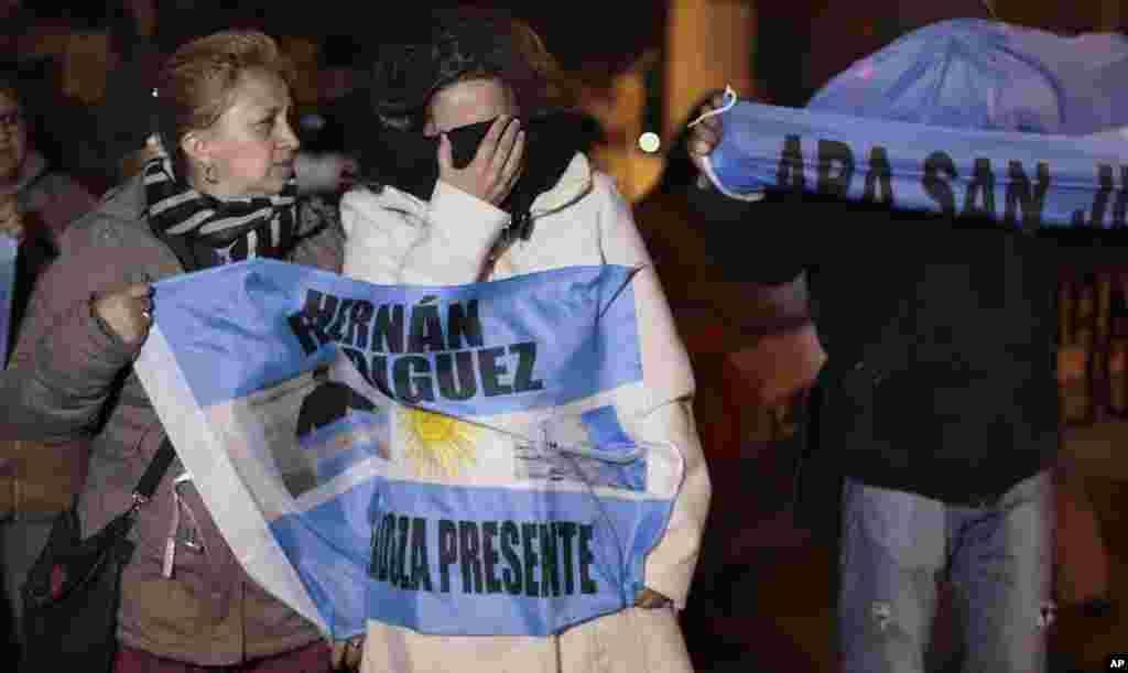 یک شرکت آمریکایی توانسته زیردریایی آرژانتین که سال گذشته با ۴۰ سرنشین ناپدید شد را بیابد. حال دولت آرژانتین می گوید توان خارج کردن آن از عمق ۹۰۰ متری اقیانوس را ندارد.