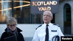 Le commissaire Mark Rowley et la cheffe de l'équipe médicale Sally Davies donnent une conférence de presse sur l'affaire Sergei Skripal, devant l'entrée de Scotland Yard à Londres, le 7 mars 2018.