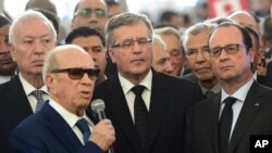 Spanish Foreign Minister Jose Manuel Garcia-Margallo, back left, Polish President Bronislaw Komorowski, center, and French President Francois Hollande, right, listen toTunisian President Beji Caid Essebsi in Tunis, March 29, 2015.