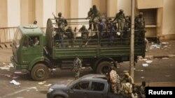 Des soldats maliens devant les locaux de l'ORTM à Bamako (22 mars 2012)