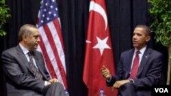 Presiden AS Barack Obama berbicara dengan PM Turki Erdogan di Washington, D.C., 13 April 2010. Kedua pemimpin berbicara per telepon hari Sabtu membahas skandal WikiLeaks.
