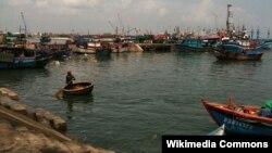 Tàu thuyền đánh bắt cá của ngư dân Việt Nam trong cảng Quy Nhơn
