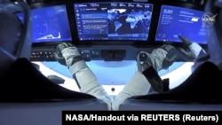 """Astronauti Bob Beken i Dag Harli tokom leta letelicom """"Dragon Endeavour"""" kompanije Spejseks (Foto: NASA/Handout via REUTERS)"""
