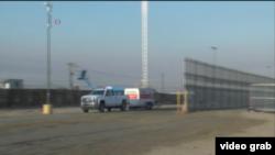 美墨邊境牆的樣板展開施工。(視頻截圖)