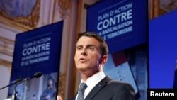 Le Premier ministre français Manuel Valls intervient lors d'une conférence de presse à l'issue d'une réunion du gouvernement sur la radicalisation et la lutte contre le terrorisme à l'Hôtel Matignon à Paris, le 9 mai 2016. REUTERS/Philippe Wojazer - RTX2DG27