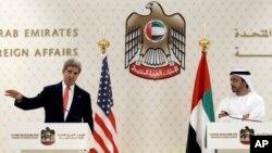 John Kerry falando a imprensa nos Emiratos Árabe Unidos