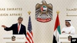 El secretario de Estado, John Kerry, habla con los periodistas en Abu Dhabi, junto al ministro de Exteriores de los Emiratos Árabes, Zayed Al Nahyan.