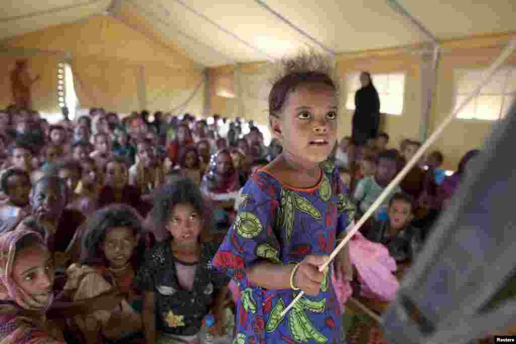 Une jeune réfugiée malienne à l'école du camp de Mbera.