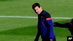 Lionel Messi, asal Argentina, yang bergabung dalam klub Barcelona, berlatih di Sports Center FC Barcelona Joan Gamper di San Joan Despi, Spanyol (9/4). Ia akan tampil melawan Paris Saint-Germain dalam pertandingan leg kedua.