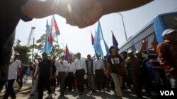 ຜູ້ນໍາຝ່າຍຄ້ານ ທ່ານ Sam Rainsy ຜູ້ທີ່ເປັນປະທານ ພັກກູ້ ຊາດກໍາປູເຈຍ (CNRP) ໄດ້ນໍາພາຝູງຊົນ ເດີນຂະບວນປະທ້ວງ ໃນວັນສິດທິມະນຸດສາກົນ, ທີ 10 ທັນວາ 2013ໃ