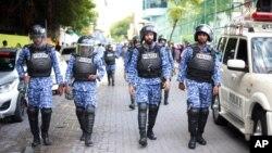 Les forces de sécurité des Maldives patrouillent une zone où les partisans de l'ancien président Mohamed Nasheed se sont rassemblés en masse à Malé, le 27 novembre 2015.