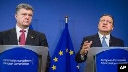 Predsednici Ukrajine i Evropske komisije, Petro Porošenko i Žoze Manuel Barozo, na konferenciji za novinare u Briselu