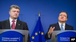 Ukrainian President Petro Poroshenko, left, and European Commission President Jose Manuel Barroso address the media at commission headquarters in Brussels, Aug. 30, 2014.